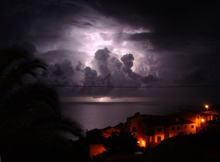 800px-Thunder_lightning_Garajau_Madeira_289985700